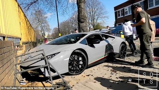 """Lái siêu xe Lamborghini """"thể hiện"""" trước đám đông, tài xế nhận cái kết """"đắng"""" - 1"""