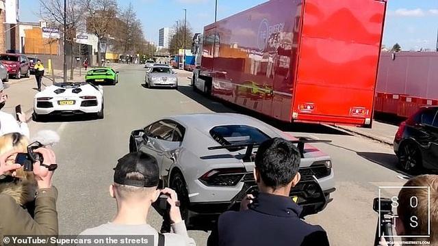 """Lái siêu xe Lamborghini """"thể hiện"""" trước đám đông, tài xế nhận cái kết """"đắng"""" - 2"""