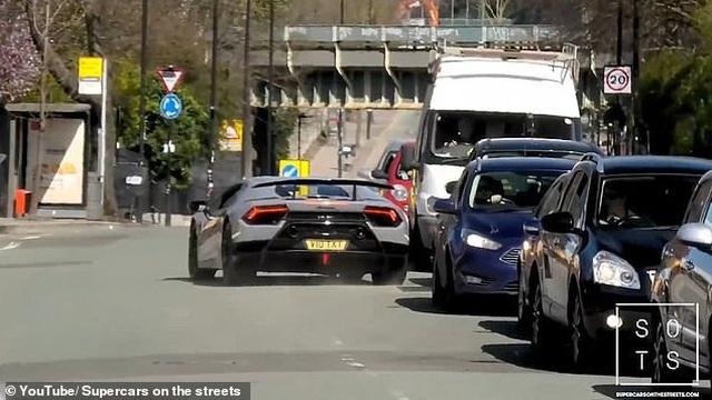 """Lái siêu xe Lamborghini """"thể hiện"""" trước đám đông, tài xế nhận cái kết """"đắng"""" - 3"""