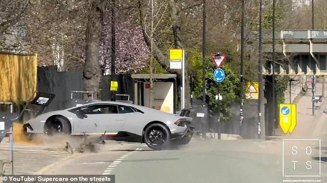 """Lái siêu xe Lamborghini """"thể hiện"""" trước đám đông, tài xế nhận cái kết """"đắng"""" - 4"""