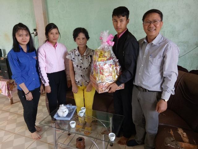 Thầy cô góp gạo giúp cho học sinh nghèo đến trường - 2