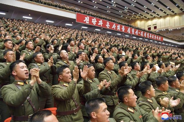 """Sĩ quan Triều Tiên vừa khóc vừa ghi chép trong cuộc họp """"lịch sử"""" với ông Kim Jong-un - 6"""