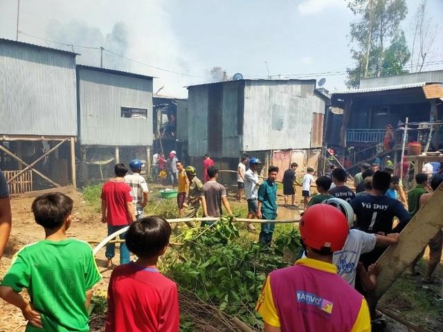 10 căn nhà ở vùng biên giới bị lửa thiêu rụi - 2