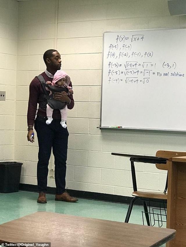 Cảm động vị giáo sư người Mỹ vừa giảng bài vừa trông con giúp học sinh - 1