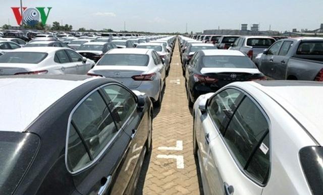 Hình ảnh hàng trăm Toyota Camry 2019 xếp hàng dài tại cảng TP.HCM - 2