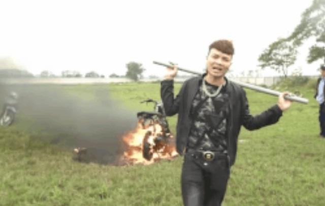 Công an đang xác minh video Khá Bảnh đốt xe máy - 1