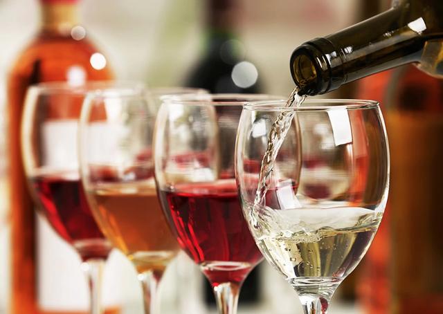 Uống một chai rượu vang tương đương với hút nhiều điếu thuốc lá - 1