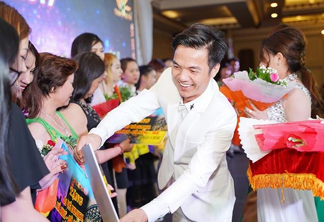 Tuấn Hưng, Lâm Vũ bất ngờ xuất hiện trong Hội nghị tri ân khách hàng của Nhật Việt Cosmectics - 1