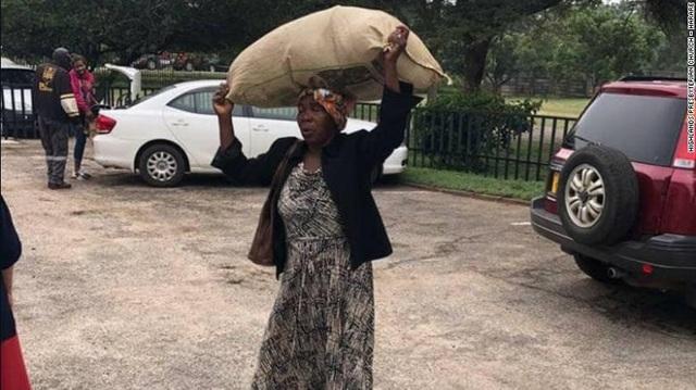 Bà Dilon đi bộ gần 10 km với một bao tải đồ viện trợ trên đầu để đem đến cho những người phải di dời bởi cơn bão Cyclone Idai.