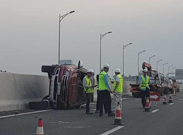 Xế hộp lật trên cao tốc, tài xế văng khỏi xe, thiệt mạng - 1