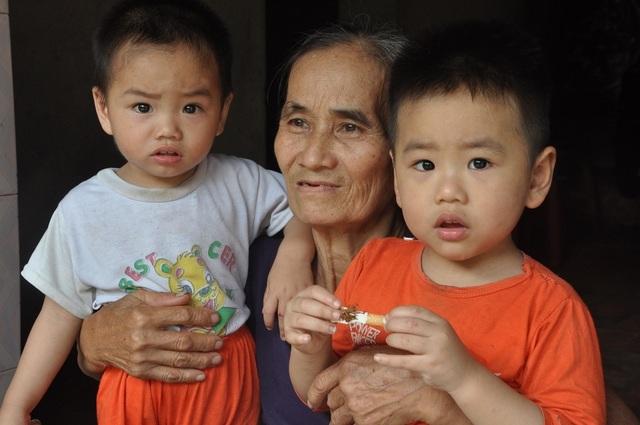 Cuộc sống khốn khổ trong đói rách của hai đứa trẻ không cha, mẹ bị tâm thần - 3