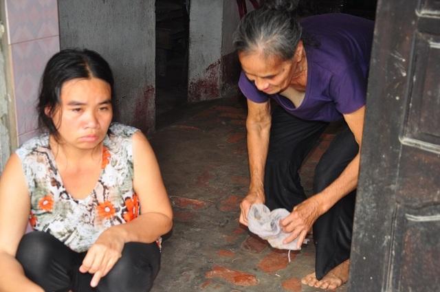 Cuộc sống khốn khổ trong đói rách của hai đứa trẻ không cha, mẹ bị tâm thần - 7