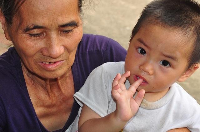 Cuộc sống khốn khổ trong đói rách của hai đứa trẻ không cha, mẹ bị tâm thần - 8