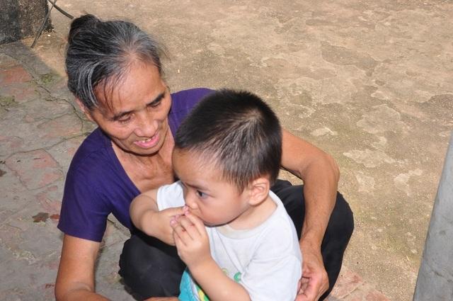 Cuộc sống khốn khổ trong đói rách của hai đứa trẻ không cha, mẹ bị tâm thần - 5