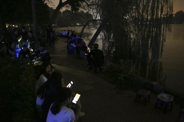 Hồ Gươm trong một giờ tắt đèn - 15