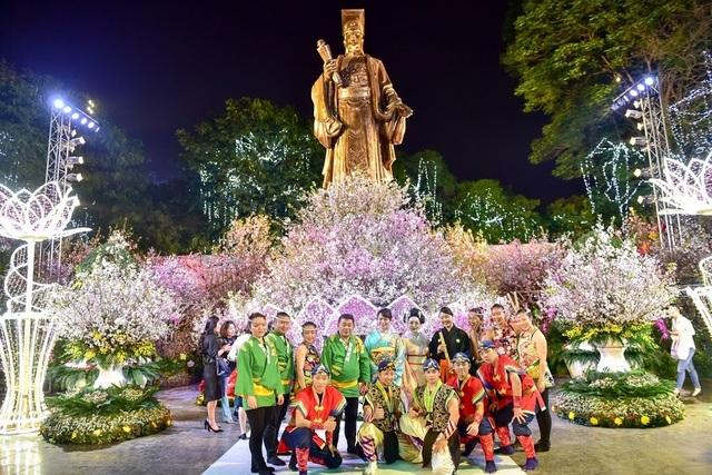 Hàng ngàn cành hoa anh đào khoe sắc bên hồ Hoàn Kiếm - 9