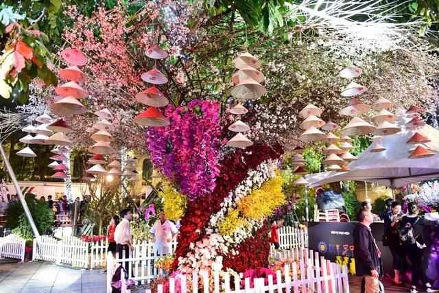 Hàng ngàn cành hoa anh đào khoe sắc bên hồ Hoàn Kiếm - 6