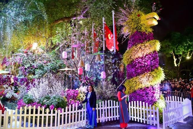 Hàng ngàn cành hoa anh đào khoe sắc bên hồ Hoàn Kiếm - 17