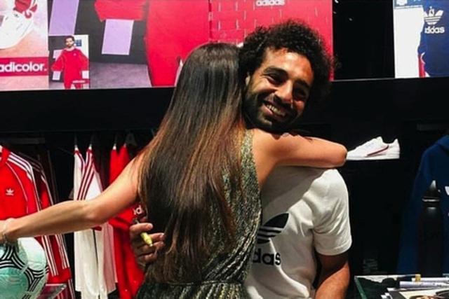 """Mohamed Salah bị mẹ """"dạy bảo"""" vì lộ ảnh ôm ấp fan nữ"""