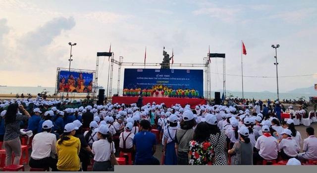 """Hơn 1.000 bạn trẻ diễu hành vì """"Khu đất an toàn"""" không bom mìn - 1"""