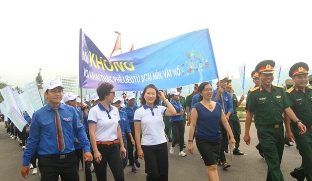 """Hơn 1.000 bạn trẻ diễu hành vì """"Khu đất an toàn"""" không bom mìn - 2"""