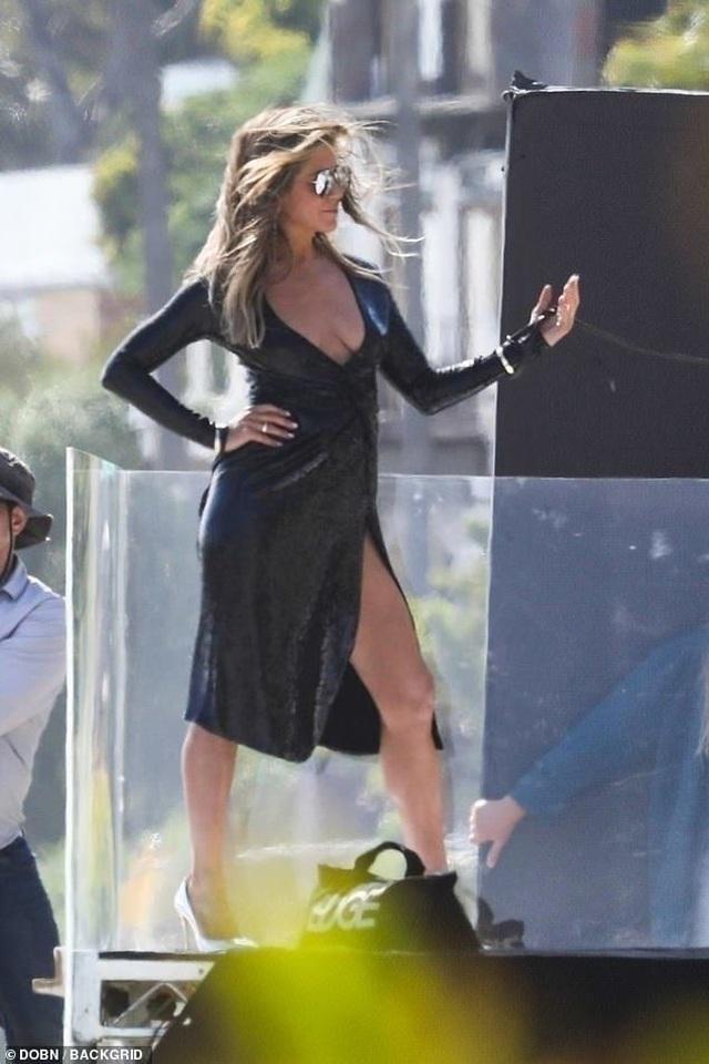 Jennifer Aniston lấp ló ngực đầy - 4