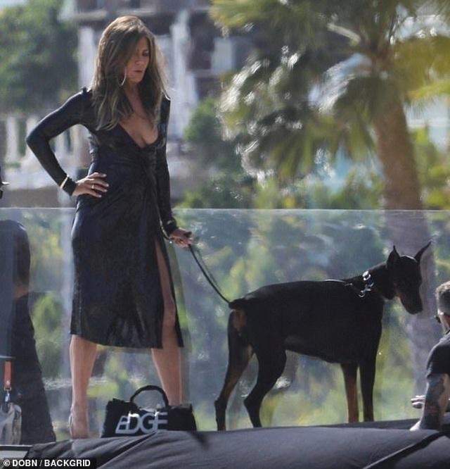 Jennifer Aniston lấp ló ngực đầy - 6