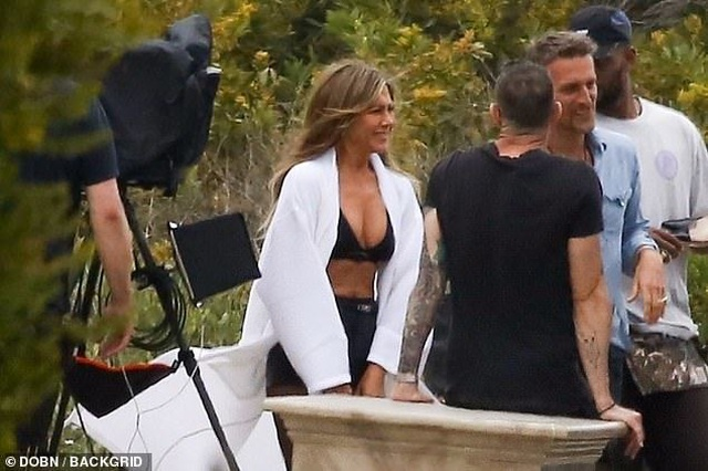 Jennifer Aniston lấp ló ngực đầy - 3