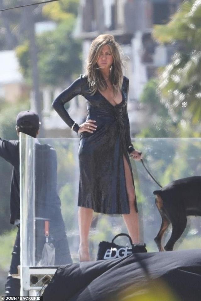 Jennifer Aniston lấp ló ngực đầy - 5