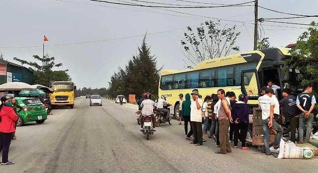 Xe khách chở đoàn học sinh đi tham quan gây tai nạn liên hoàn - 1