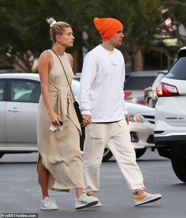 Justin Bieber vui vẻ ra phố cùng vợ - 7