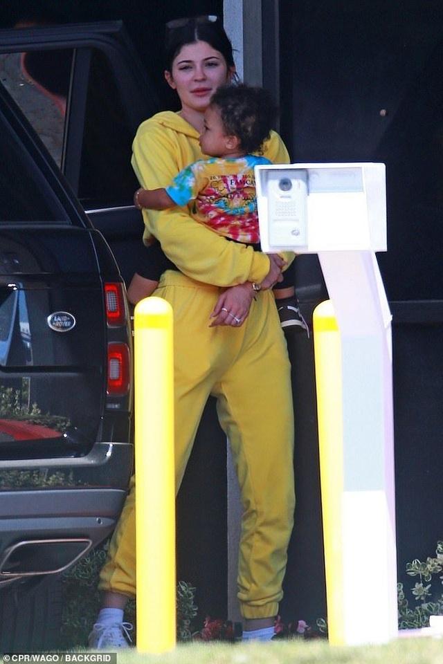 Kylie Jenner giản dị bế con ra phố - 2