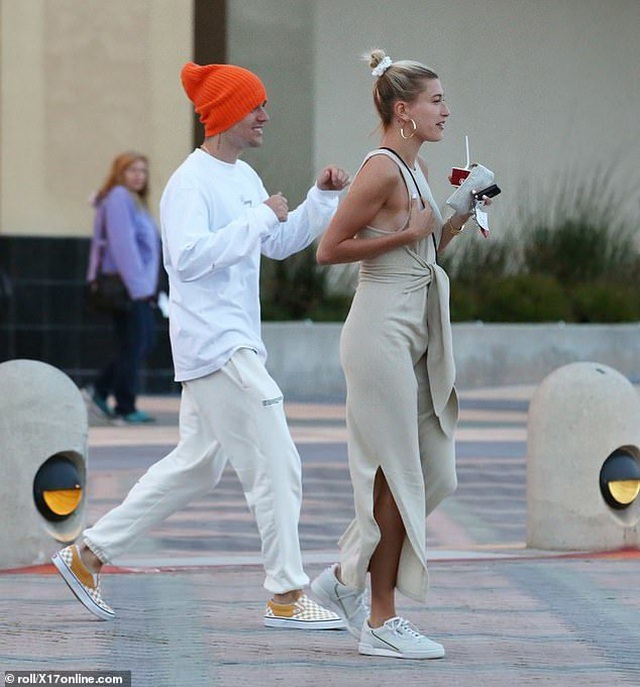 Justin Bieber vui vẻ ra phố cùng vợ - 6