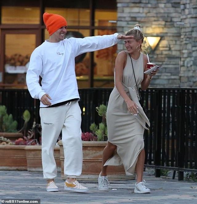 Justin Bieber vui vẻ ra phố cùng vợ - 2