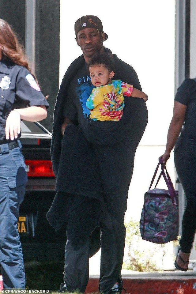 Kylie Jenner giản dị bế con ra phố - 6