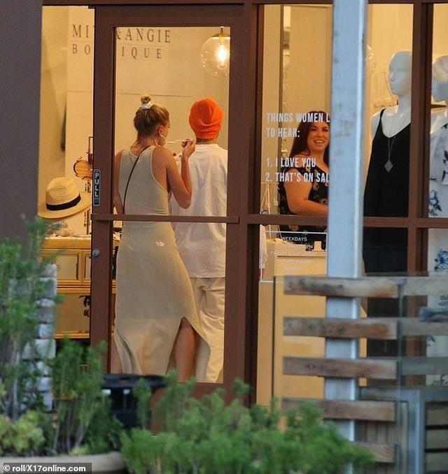 Justin Bieber vui vẻ ra phố cùng vợ - 5