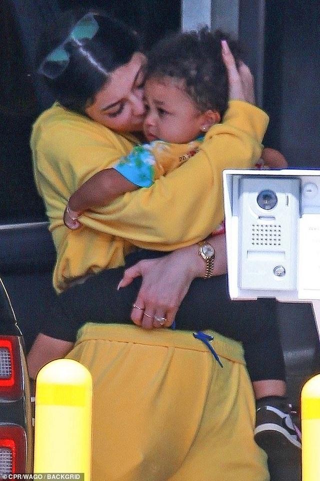 Kylie Jenner giản dị bế con ra phố - 1