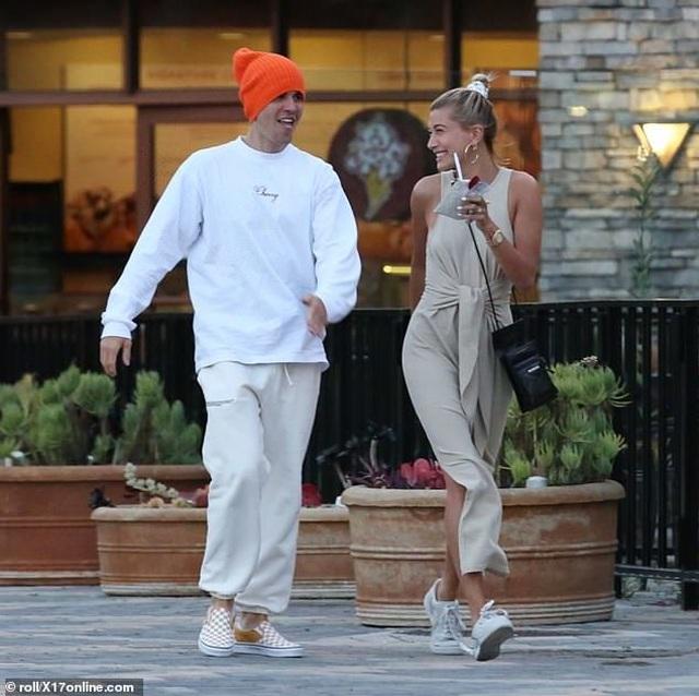 Justin Bieber vui vẻ ra phố cùng vợ - 4