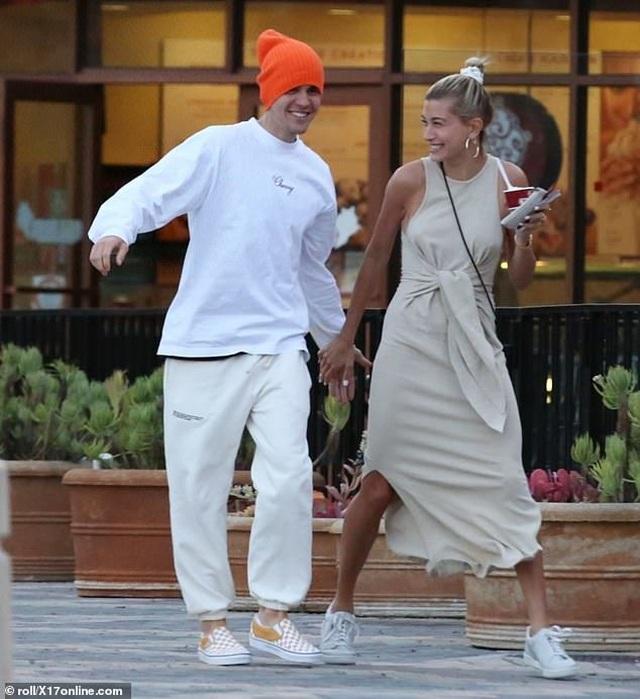 Justin Bieber vui vẻ ra phố cùng vợ - 1