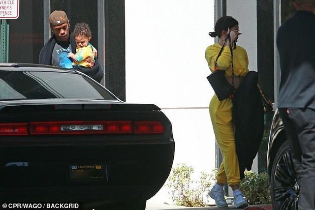 Kylie Jenner giản dị bế con ra phố - 4