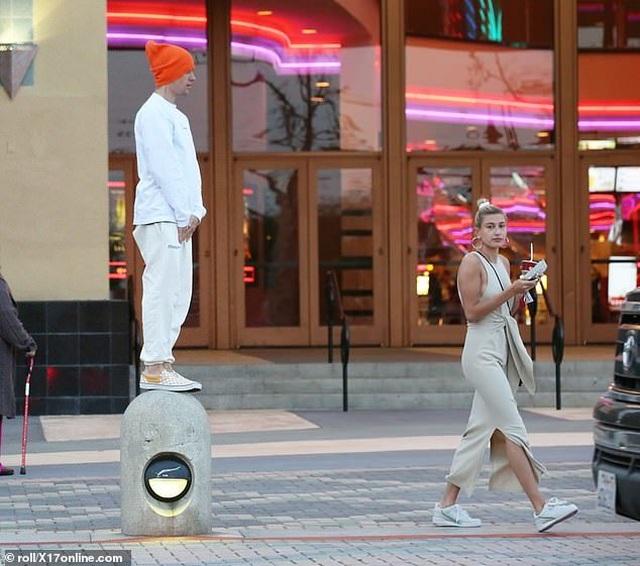 Justin Bieber vui vẻ ra phố cùng vợ - 3
