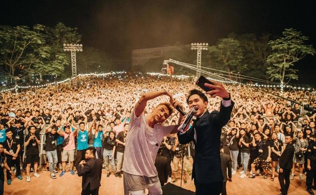 Sơn Tùng khoe tóc mới lạ lẫm, diễn Lạc trôi phong cách cực chất trước 10.000 fans - 4
