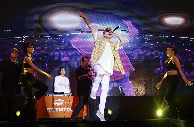 Sơn Tùng khoe tóc mới lạ lẫm, diễn Lạc trôi phong cách cực chất trước 10.000 fans - 3