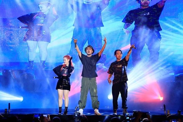 Sơn Tùng khoe tóc mới lạ lẫm, diễn Lạc trôi phong cách cực chất trước 10.000 fans - 5