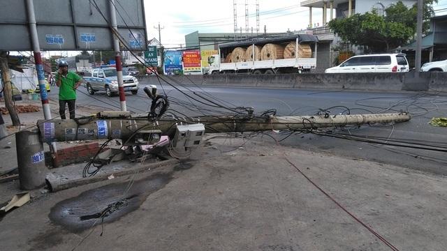 Xe cẩu kéo gãy trụ điện, một nhà dân bị ảnh hưởng - 1