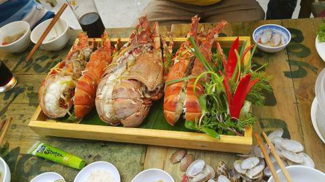American lobsters fly half way around the world to Vietnam and are sold cheaply as chickens and ducks - 4