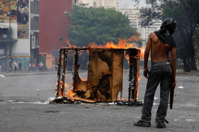 Mất điện, nước liên miên, dân Venezuela cùng quẫn rủ nhau quậy, phá - 1