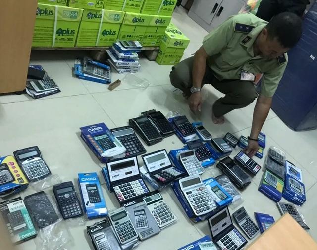 TPHCM: Phát hiện hàng trăm máy tính cầm tay nghi giả bán ở nhà sách, của hàng - 1