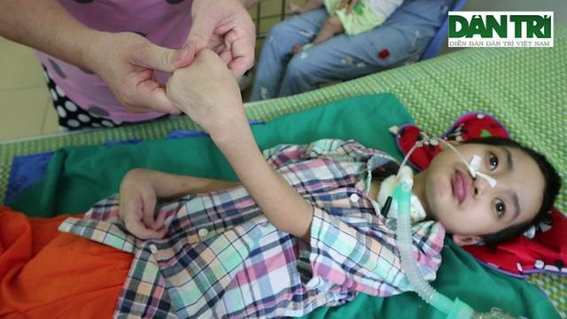 Bé gái bị viêm não Nhật Bản, nguy cơ sống thực vật suốt đời - 6