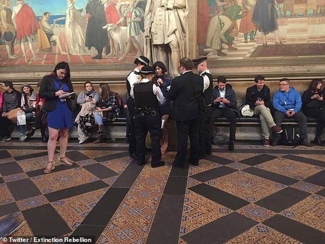 Nhóm biểu tình khỏa thân phá bĩnh phiên tranh luận Brexit trong quốc hội Anh - 8